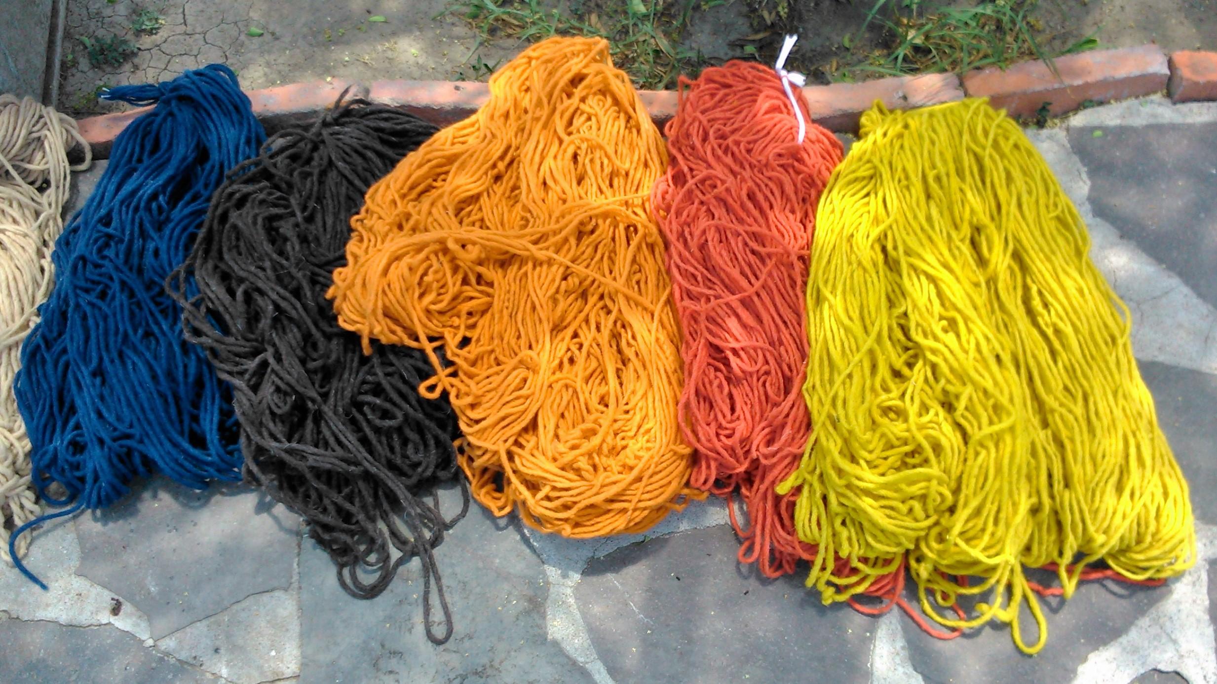 lana teñida con tintes químicos